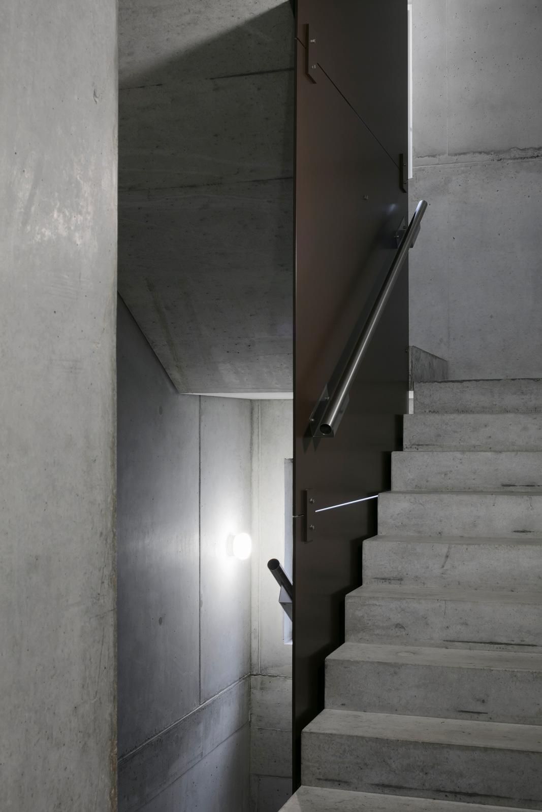 Treppenhaus im Mehrfamilienhaus Hofwiesenweg mit Geländern von R&G Metallbau