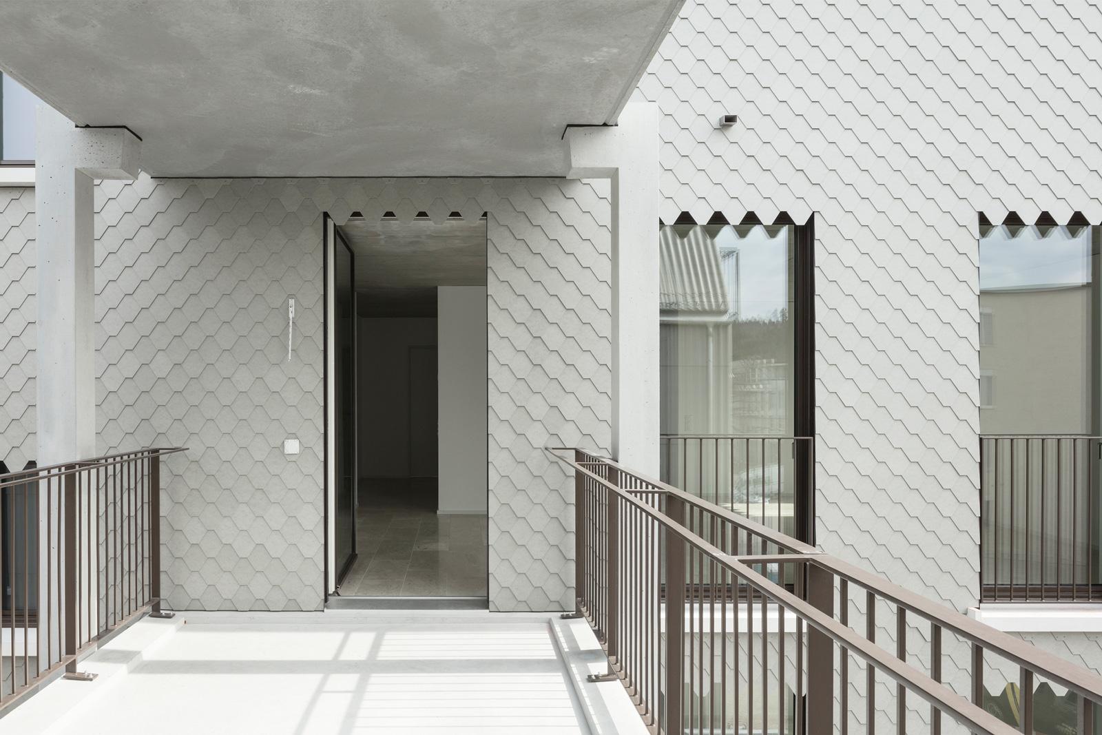 Balkon am Mehrfamilienhaus Hofwiesenweg mit Geländern von R&G Metallbau