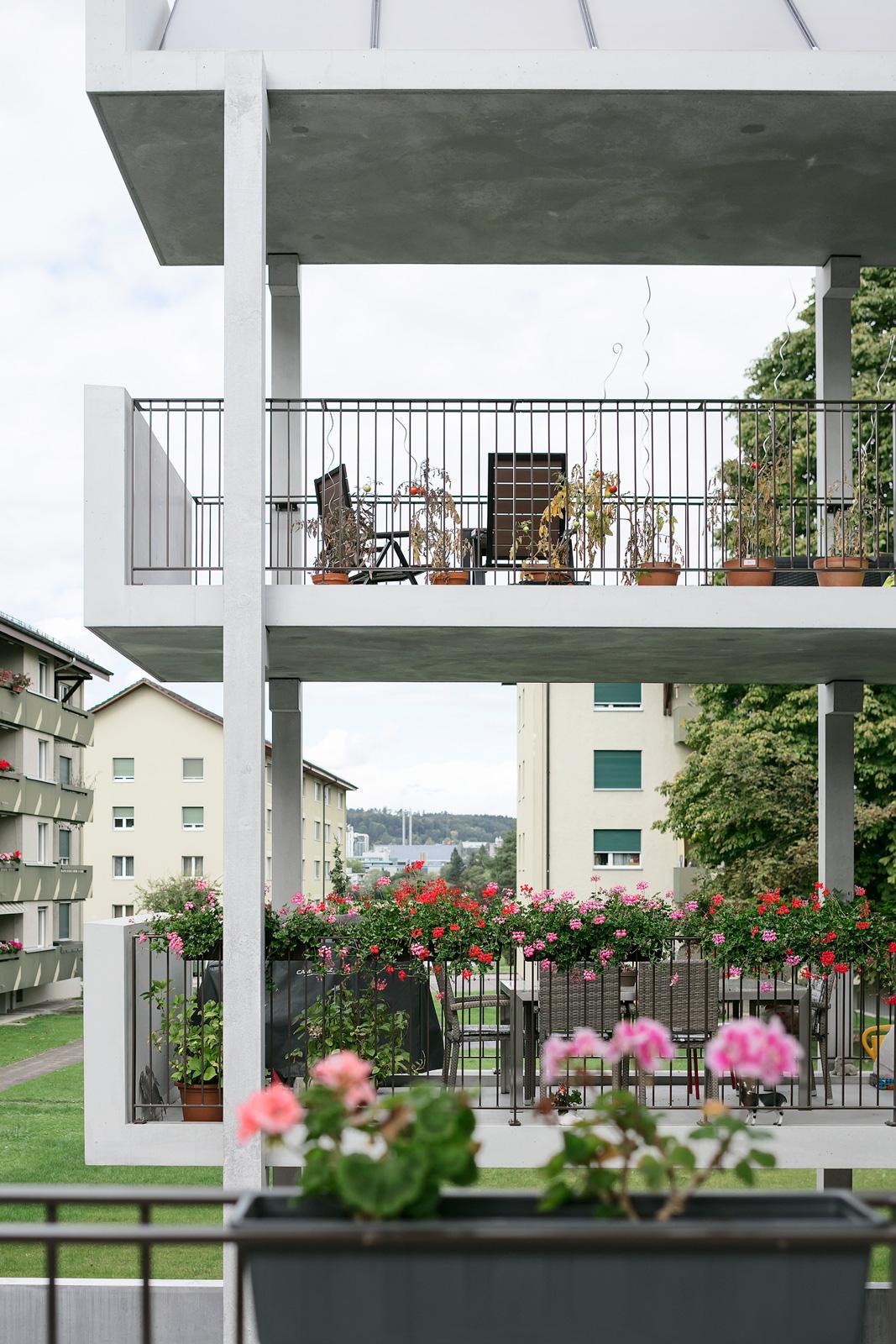 Balkone am Mehrfamilienhaus Hofwiesenweg mit Geländern von R&G Metallbau